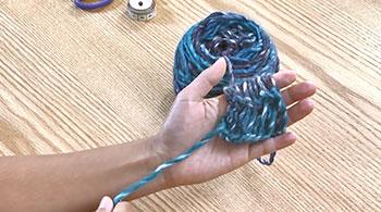 再び糸を左人差し指に移し替えて編みます。