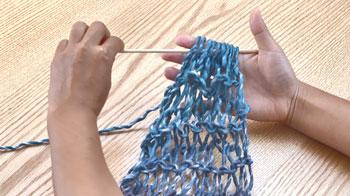 編み目にペンや割りばしなどを差し込み、一旦指から外します。