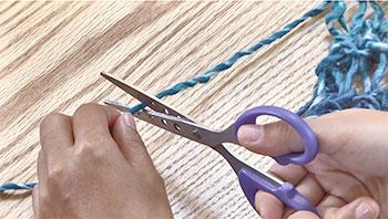 編み地から15㎝残して糸を切ります。