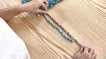 編み終わりの糸と継ぎ足す糸を重なるように向かい合わせに