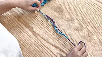 それぞれの糸を引き、結び目をひとつにまとめます。