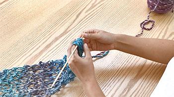左の人差し指を編み目に入れ、棒を抜きます