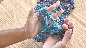 糸端は切らずに、パープルの糸を編んでいき、1玉分編みます