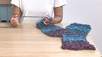 残りの約1/2玉分を編みます