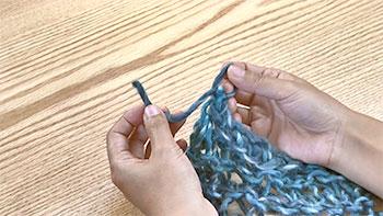 「ひと目編んでは、くぐらせて引き抜く」を最後のひと目まで