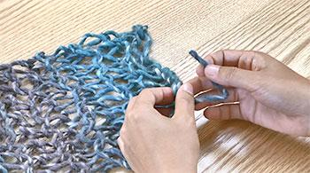 糸端を、編み目に少しくぐらせます