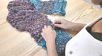 糸の色を替えた部分の糸端も編み目にくぐらせて隠します