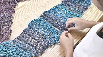 まず編み地を裏返し、端をひと目ずつすくいます。