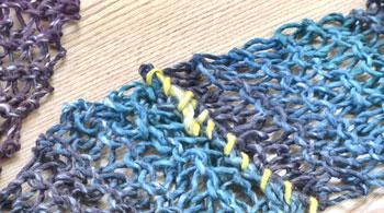 両端の残った糸端は、編み目にくぐらせて、余分をカット