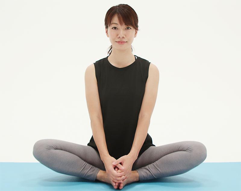 足の裏と裏を合わせて両手でつま先をつかみ、息を吸って背筋をまっすぐと伸ばします。