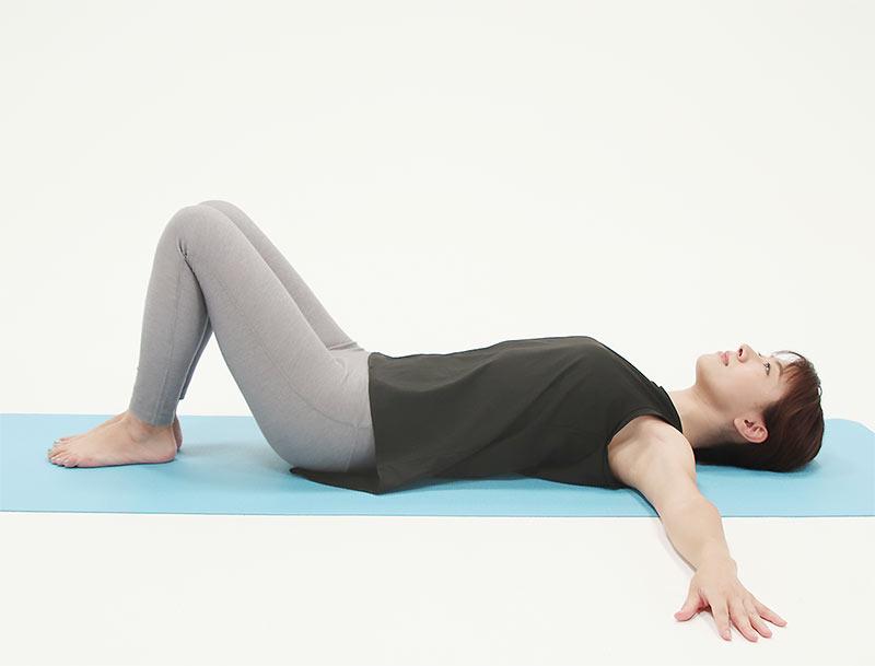 硬い床の上で、ひざを立てて仰向けになります。手はお腹の上でも体の横でも構いません。
