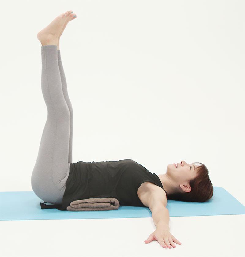 腹筋が弱くて腰に負担がかかる方は、腰の下にクッションや丸めたバスタオルを敷いて行いましょう。