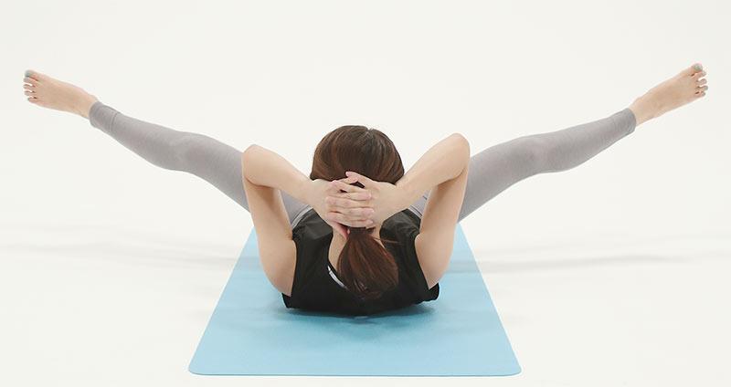 余裕がある方や腹筋も鍛えたい方は、頭を持ち上げる。両手を後頭部に添え、上体を軽く起こすとお腹に効く