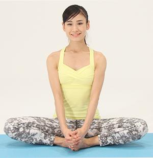足の裏と裏を合わせて両手で足をつかみ、息を吸って背中をまっすぐと伸ばします。