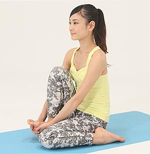 長座の姿勢から、左ひざを曲げ、かかとをお尻の横に