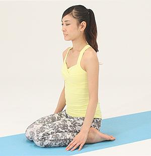 正座の姿勢から、かかとをお尻の横まで開き、その間にお尻を下ろして座ります。