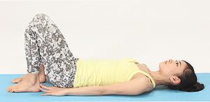 仰向けの姿勢から、ひざを立て腰幅に