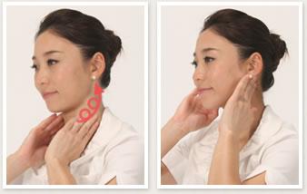 首の前側から耳の下に向かって円を描くようにもむ