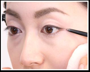 目尻を仕上げる時は、鏡をまっすぐ見て目尻の方向が横に伸びるように