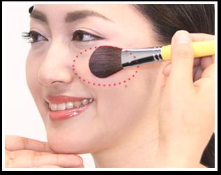 頬骨の上3㎝程度の広い範囲に、チークカラーを横に広げてぼかします