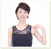 肩甲骨を背骨に近づけるイメージ