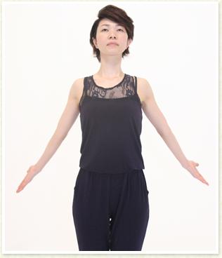 手の平を上にして深呼吸するように大きく息を吸って胸を広げ、腕を横に開く