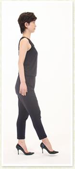 太ももの内側に手を置き上半身をひねって肩を下げる