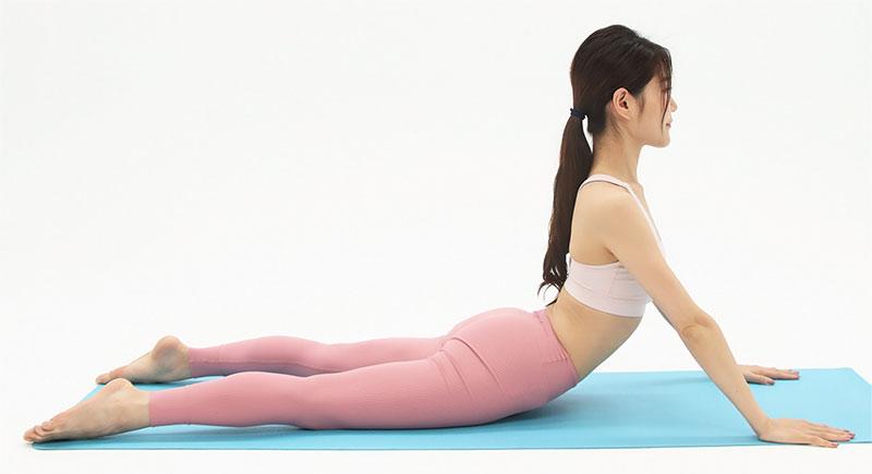できる方は、さらにひじも伸ばして、足の付け根の前側をしっかり伸ばしていきましょう。