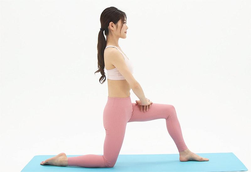 ひざ立ちになり、左足を前に出し、両ひざが90度になるように足を曲げます。