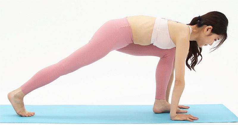 この姿勢が難しい方は、両足の位置を近づけて、お尻の位置を少し高くしてください。