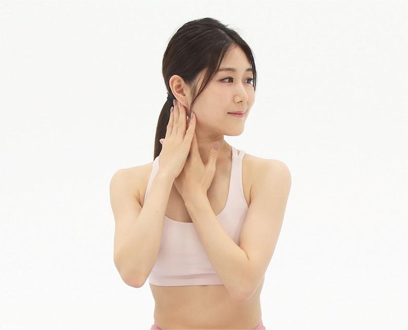 顔を横に向け、耳の後ろから鎖骨につながる胸鎖乳突筋を、両手で交互に10回ほどなで下ろします。