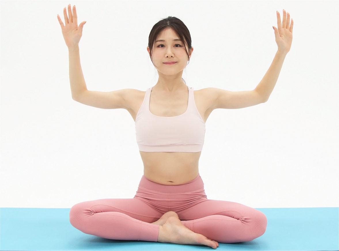 息を吸って両手を広げ、肩甲骨を寄せます。