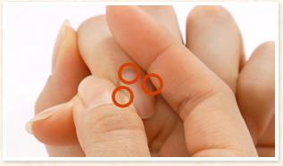 爪の両サイドと生え際を上下から挟んで軽く押します
