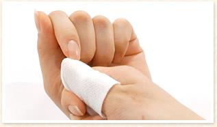 ★強くぬぐい過ぎて、指から爪が持ち上がらないように注意