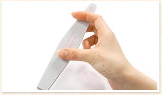 親指と中指でもち、人差し指を上から添えます