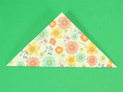 折り紙を三角に折って、折り筋をつけたら、開きます。
