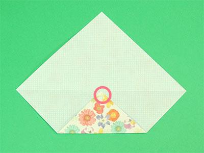 折り筋をつけた角を中心に合わせて折ります。