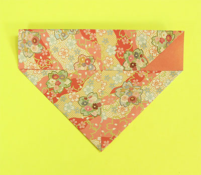 下の両角を中心線に合わせて三角に折ります。