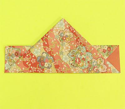 下の三角を中心線で折り上げます。