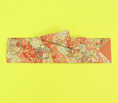 折り筋に沿って台形につぶします。