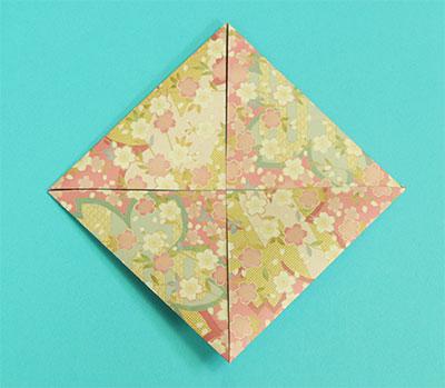 四つの角を中心に合わせて折ります。