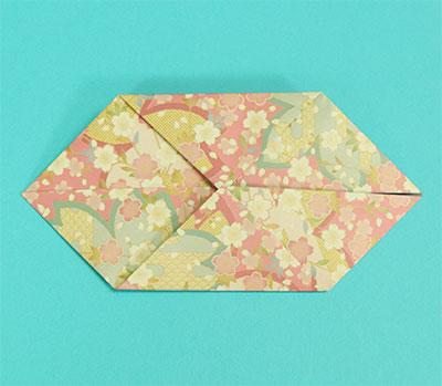 さらに上下の角を中心に合わせて折り、のり付けして貼り合わせます。