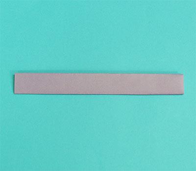 さらに中心線で二つ折りにし、折った部分をのり付けして、貼り合わせます。