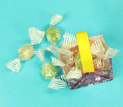 4分の1のサイズの折り紙でミニバスケットをつくりました。四角にアレンジしても可愛いです。