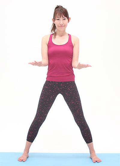 足は肩幅より広めに開き、ひじを曲げて手を前に伸ばし、手の平は天井に向けて準備します。