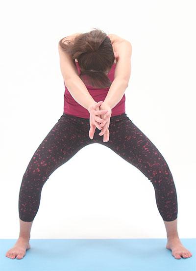 吐く息で、ひざを緩めながら、手の甲と甲を前で合わせるようにして、肩甲骨を開いてきます。