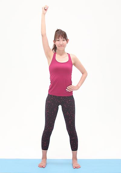 足は肩幅に開き、右手を上げます。