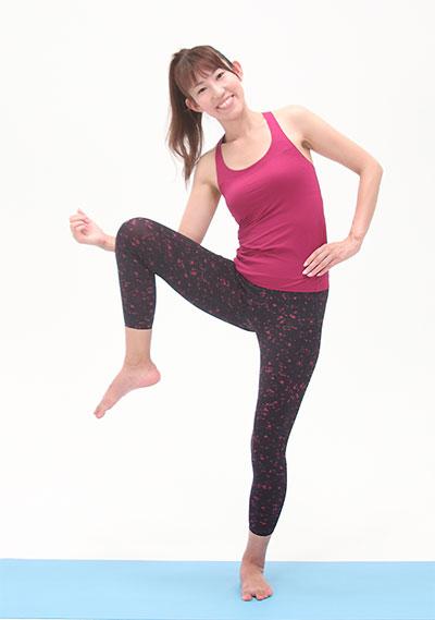 息を吐きながら、ひじとひざを近づけるように、上体は横に倒し、足はひざを外に開くように持ち上げます。
