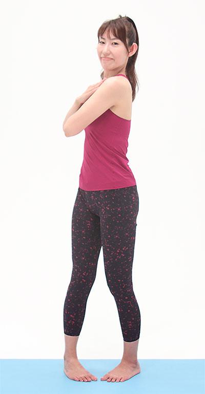 お尻を締め、骨盤を立て、お腹は引き上げた状態で、息を吐きながら、上体を右に回旋します。