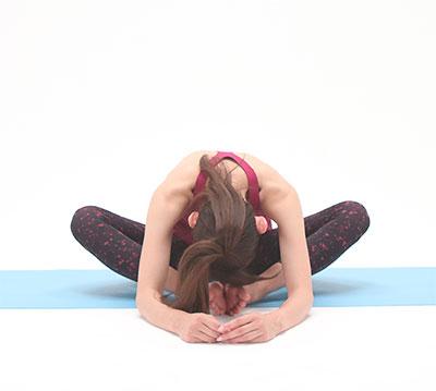 息を吐きながら、おへそをのぞきこむようにして、肩甲骨と骨盤周りをストレッチします。